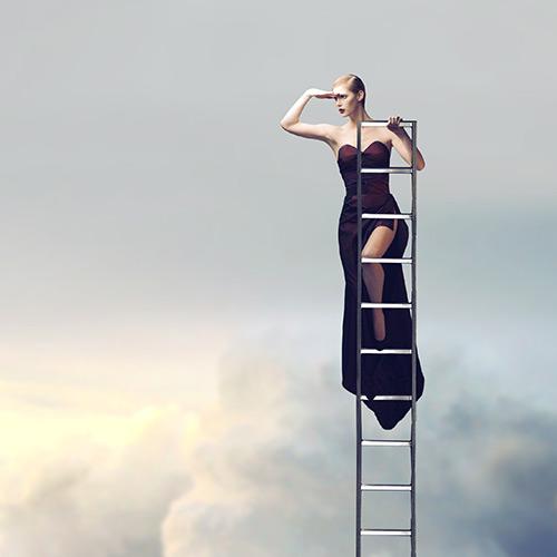 femme en haut d'une échelle dans les nuages